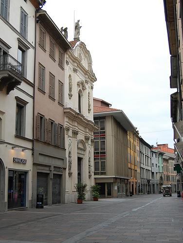 Liberalizzazione negozi: la Politica / la Regione Lombardia / Noi cittadini  dobbiamo impedire che i grandi capitali ledano la qualità della nostra vita