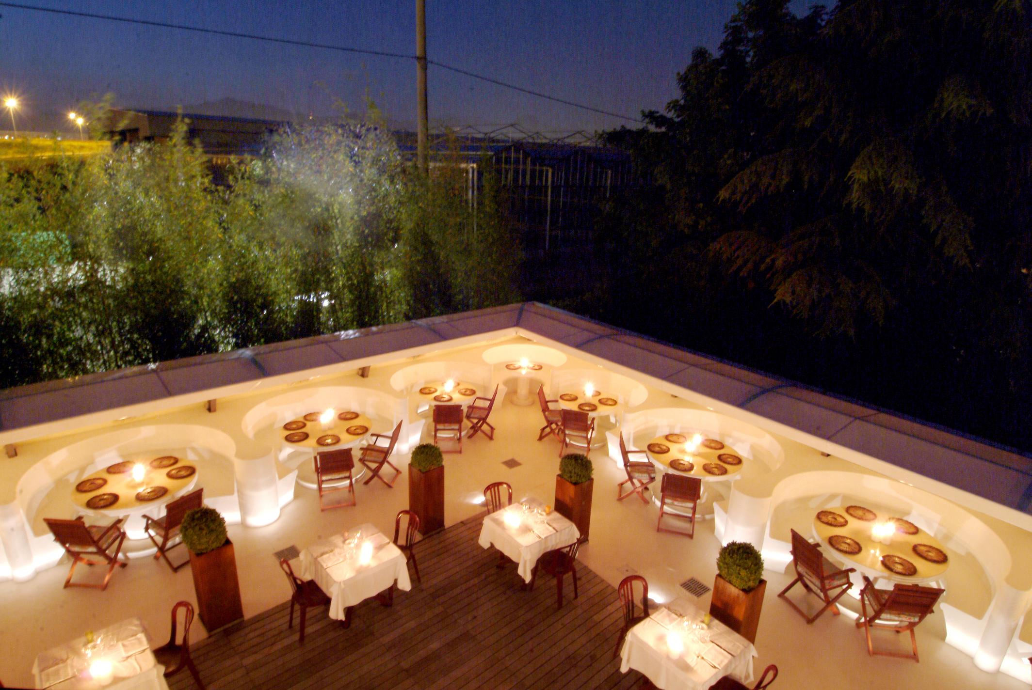 I tavoli in giardino, godibilissimi in estate.