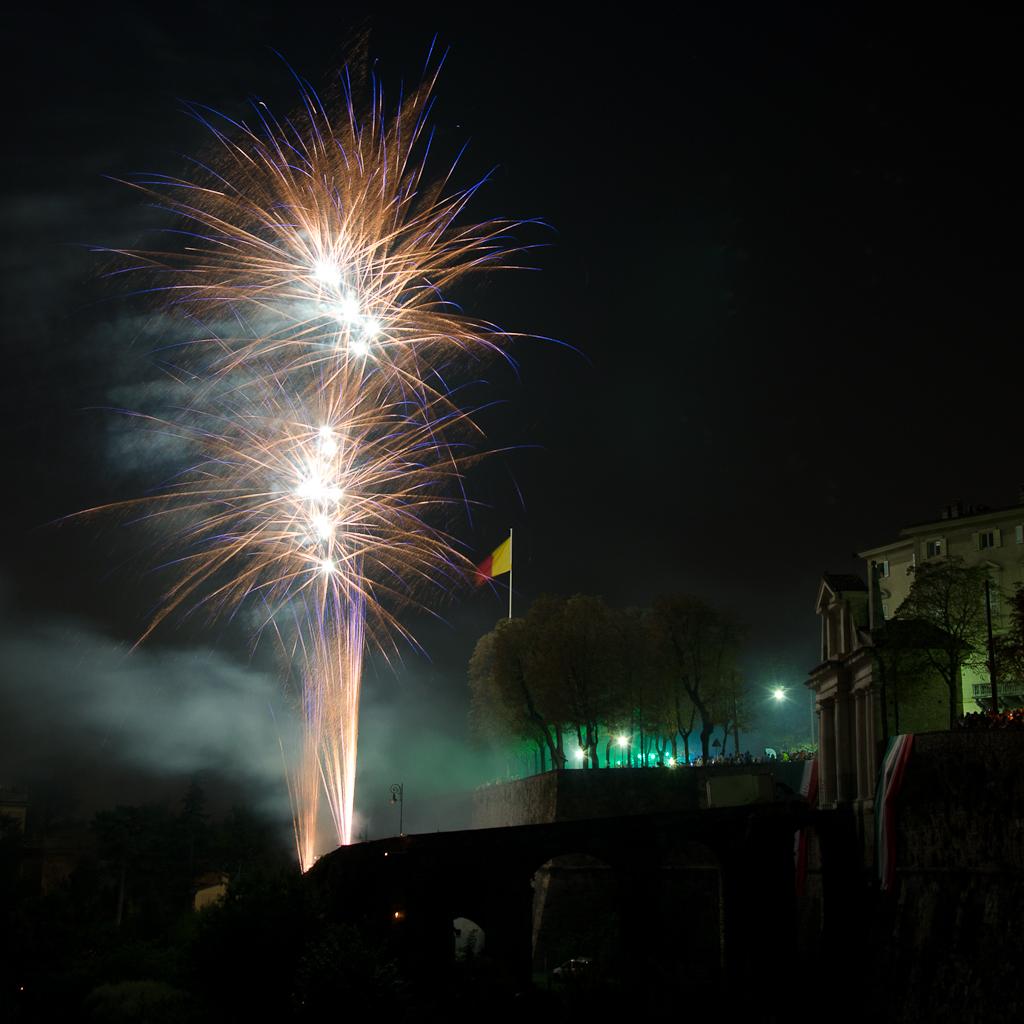 Fuochi d'artificio in onore degli Alpini