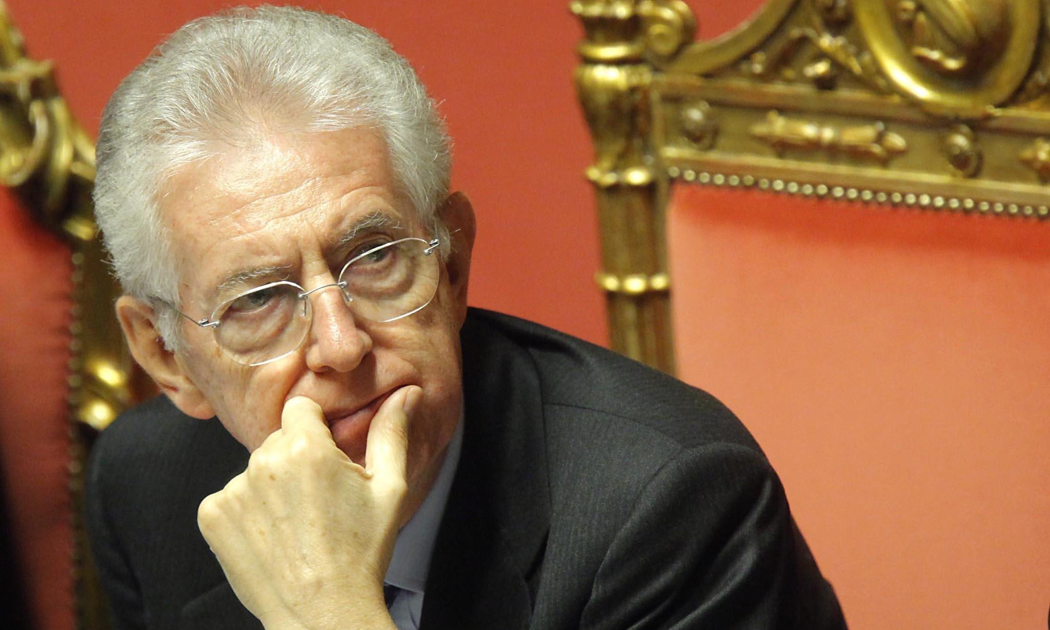 Giuramento degli allievi della Gdf: Monti applaudito dalla folla e contestato da Lega e da Paci Paciana