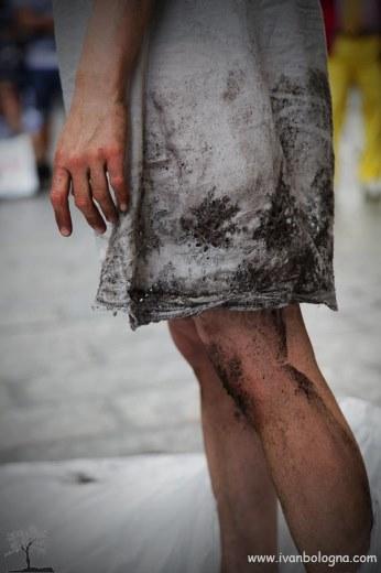Anti#Gone spettacolo di strada in Piazza Vecchia