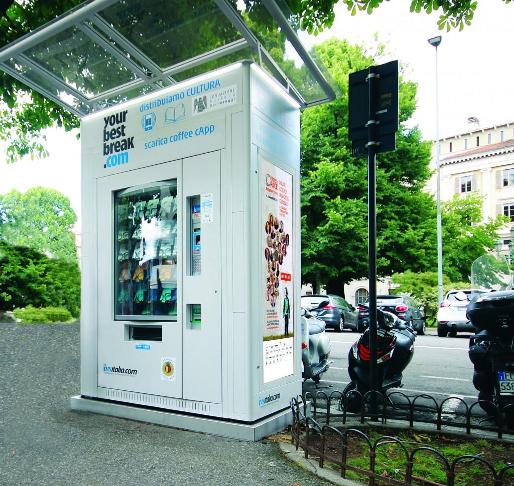 Distributore automatico sul Sentierone. Non di snack ma di libri