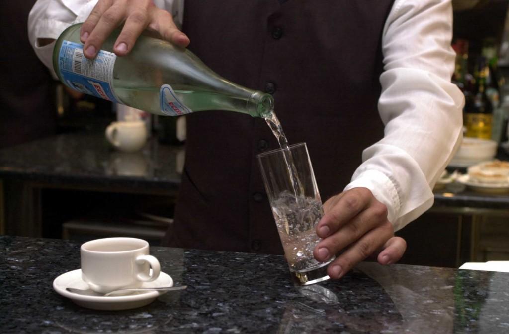 «Un bicchiere d'acqua? 5 euro». Famiglia indignata lascia il bar