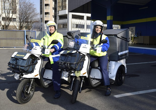 """A Bergamo il postino consegna col """"triciclo"""" elettrico"""