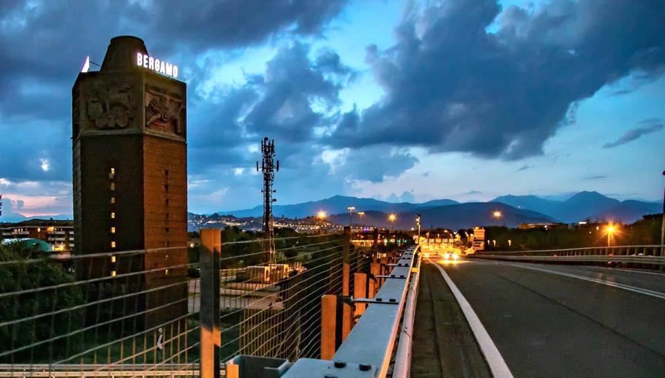 La scritta Bergamo si è riaccesa sulla Torre Dei Venti