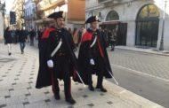 Carabinieri in alta uniforme nel centro storico di Bergamo