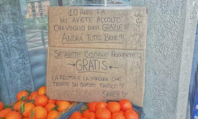 Frutta e verdura gratis a chi ha bisogno: il grazie dell'egiziano