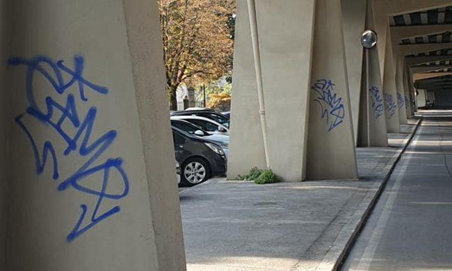Graffiti sui piloni del viadotto rimessi a nuovo