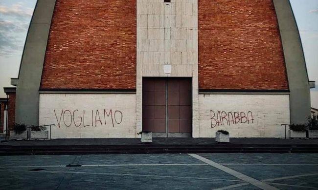 Lurano, chiesa vandalizzata con scritta «Vogliamo Barabba»