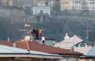 Quegli otto giovani sul tetto di una casa senza mascherina